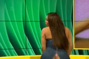 Vestido de apresentadora rasga-se e deixa tudo à mostra