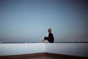 """Luto sem corpo O luto existe até nos casos em que o corpo de um ente querido nunca seja encontrado, como na situação de Rui Pedro. """"Em todas as culturas há rituais de luto e não é por acaso. Ver o corpo, ir a um velório ou funeral é importante para poder aceitar a perda. Quando o corpo nunca é encontrado, ainda que se saiba que a maior probabilidade é a de que o ente querido esteja morto, o não confronto com a realidade da morte dificulta o luto. Este processo fica adiado na expectativa de um reencontro. E neste sentido, sim, a esperança desse reencontro interfere no luto. As pessoas podem manter comportamento de busca incessante e são as que, com frequência, têm a sensação de que veem a pessoa que perderam na rua, quando se cruzam com alguém com características semelhantes às do desaparecido"""", explicam os especialistas das consultas de luto do Hospital de Stª Maria, Filomena Sousa e Carlos Góis. """"Dizem que tudo chega com o tempo para quem sabe esperar. Não sei se acredito! Não sei se vivi, mas tento, de todas as formas, não destruir as rotinas que me acalmam a alma. Eu queria devorar a vida, mas já não tenho forças físicas. Nunca aceitarei a dependência total. Aí, morrerei, como uma flor não regada"""", confessa Filomena Teixeira, mãe de Rui Pedro."""