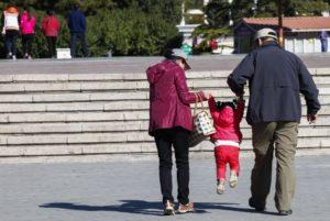 Avós que cuidem dos netos vão ter direito a salário