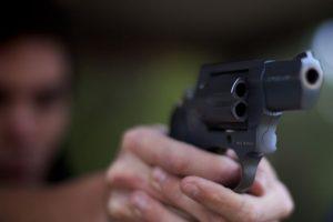 Senhoria de 62 anos atinge inquilino a tiro por não pagar a renda