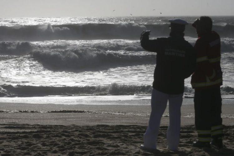 Resultado de imagem para Suspensas buscas para encontrar jovens desaparecidos em praia de Espinho