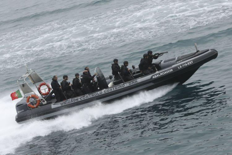 Resultado de imagem para Marinha portuguesa deteta 45 pessoas escondidas em veleiro no Mediterrâneo