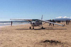 Piloto da avioneta que aterrou em praia na Caparica acusado de duplo homicídio
