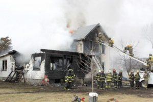 Mãe morre mas antes atira bebé pela janela para salvá-lo de um incêndio