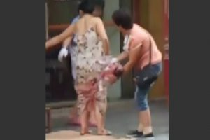 Mulher dá à luz em plena rua enquanto andava às compras