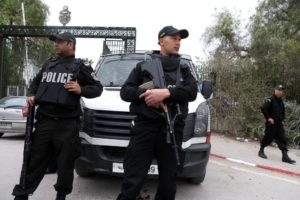 ALERTA NA TUNÍSIA: Dois polícias esfaqueados frente ao Parlamento