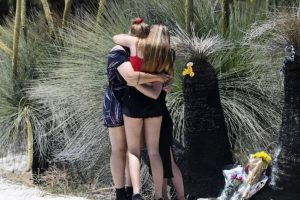Familiares e amigos de Kimberley visitaram o lugar onde a jovem perdeu a vida e prestaram-lhe uma sentida homenagem