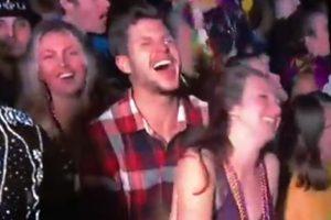 Um casal que estava presente nas celebrações de Ano Novo em Times Square, Nova Iorque, foi 'apanhado' em comportamentos estranhos em directo.