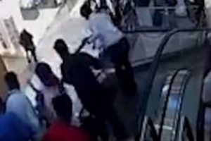 Criança perde a vida ao cair de escada rolante em shopping [vídeo]