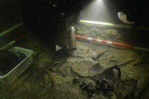 Soldado morto há cinco séculos é encontrado em lago na Lituânia