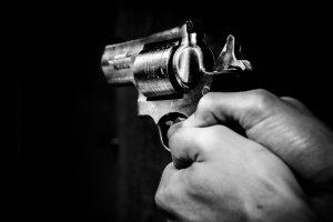 Boatos sobre violência doméstica levam professor a disparar sobre vizinho