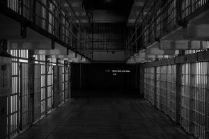 Autoras de homicídio e desmembramento trocam agressões na prisão