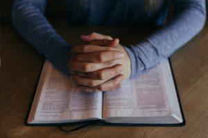 Esfaqueou o pai até à morte depois de conversa com padre