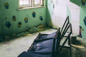Crianças viviam em casa repleta de excrementos e lixo em Sesimbra