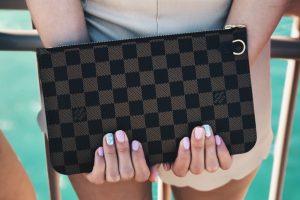 Polícia condenado por desviar mala da Louis Vuitton