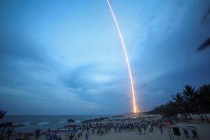 Destroços de foguetão chinês em queda livre sobre a Terra [vídeo]