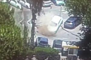 Cratera gigante engole carros em parque de estacionamento [vídeo]