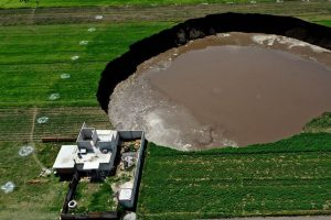 As imagens da cratera gigante que ameaça engolir casas