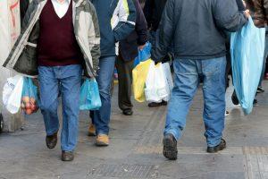 População mundial usa cinco biliões de sacos de plástico por ano