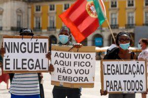 """Imigrantes dizem-se """"tratados como lixo"""" e denunciam injustiças no SEF"""
