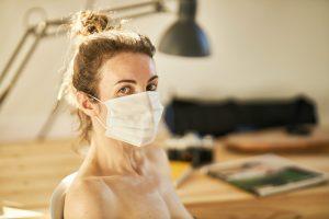 5 dicas para não 'morrer' de calor ao usar máscara