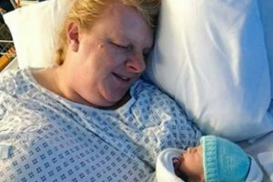 Após 18 abortos espontâneos, torna-se mãe aos 48 anos
