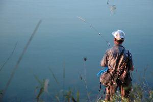 Pescador obcecado com vizinha arromba porta para a violar