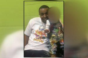 Bebé mata pai a tiro após pegar em arma que pensava ser de brincar