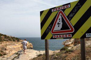 Praia de Albufeira onde estavam 30 pessoas evacuada por risco de derrocada
