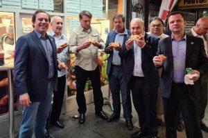 Bolsonaro come na rua por estar impedido de entrar em restaurantes