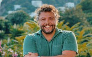 """César Mourão. Especialista analisa linguagem corporal do humorista e fala em """"desconforto"""""""