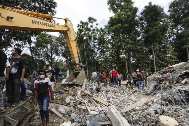 Pelo menos 25 mortos e centenas de feridos no sismo na Indonésia - novo balanço