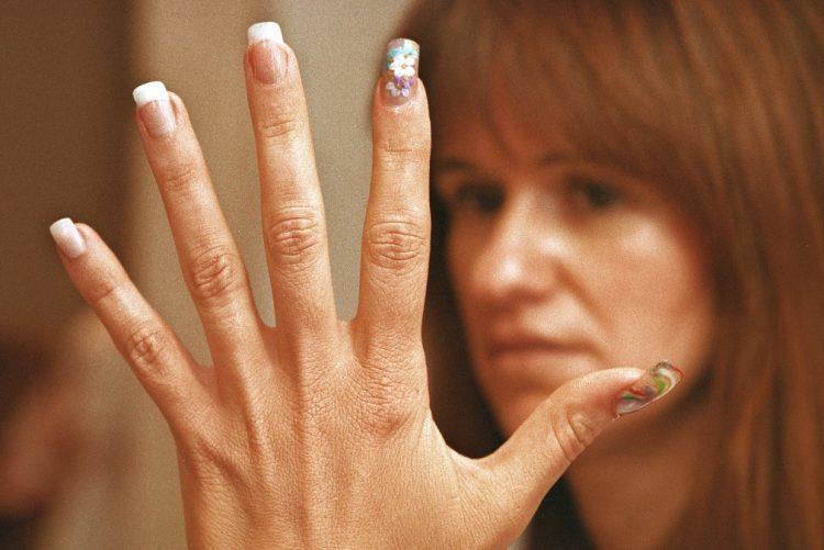 São o último grito da moda para se ter as unhas bonitas por mais tempo, mas, por baixo do verniz, esta manicure esconde vários perigos para a saúde.