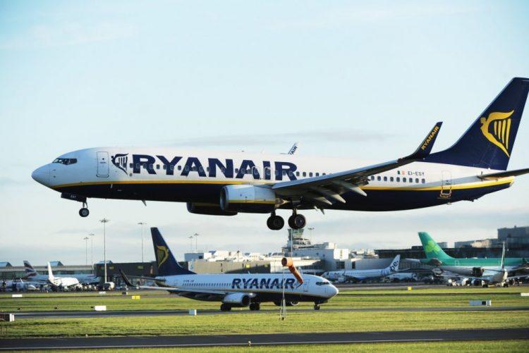 Está à procura de trabalho? Ryanair está a contratar tripulantes de cabine em Portugal