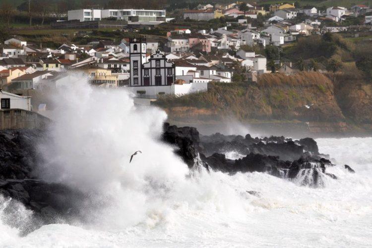 Mais cinco ilhas dos Açores sob aviso vermelho, vento atingiu no Faial 150 kms/hora