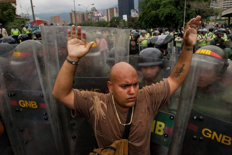 Detidos 18 militares venezuelanos pelo assassinato de 13 pessoas