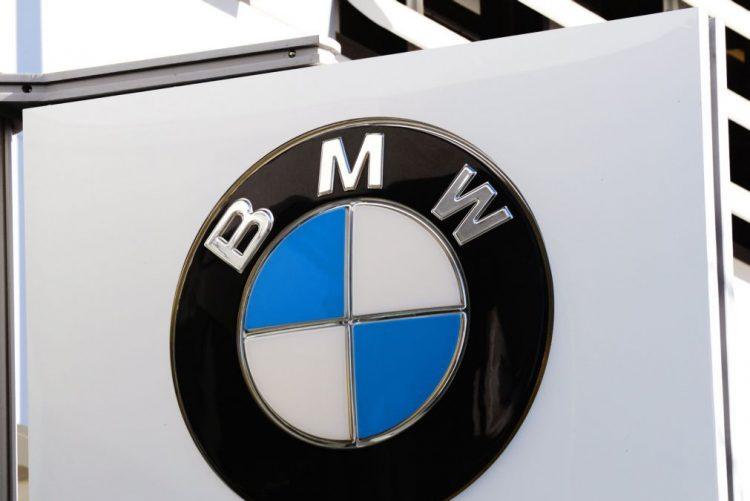 Mais um veículo BMW que se incendeia. Mulher conduzia e «começou a sair fumo»