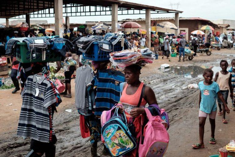 Associação alerta que 'zunga' em Luanda é o único sustento para milhares de famílias