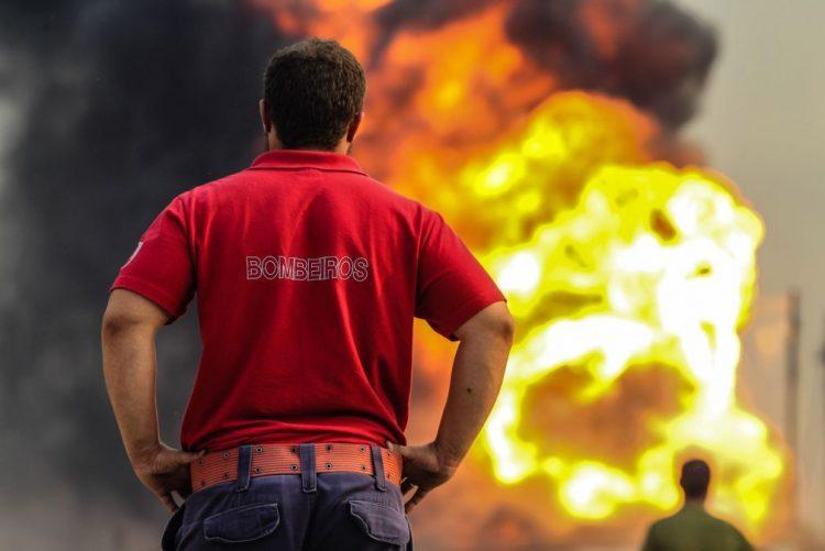 Incêndio destrói armazém de químicos em Leiria
