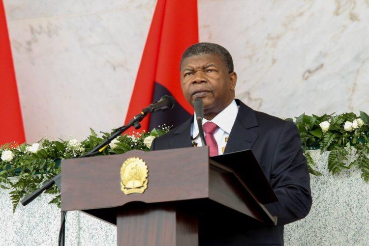PR angolano diz à comunicação social estatal para servir