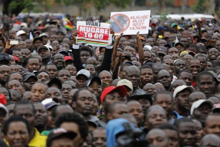 Militares travam milhares que se dirigem para palácio presidencial no Zimbabué
