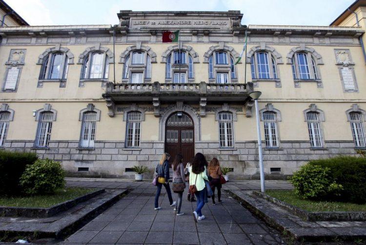 Escola Alexandre Herculano, no Porto, encerrada por chover dentro das salas