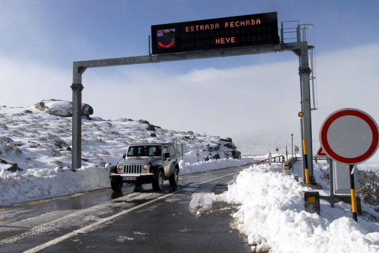 Mau tempo: Neve corta acesso ao maciço central da Serra da Estrela