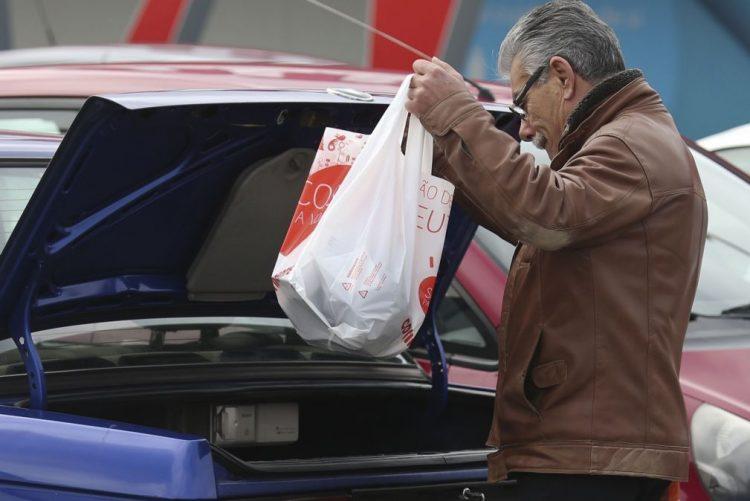 Bruxelas dá dois meses a Portugal para aplicar lei da UE sobre sacos de plástico