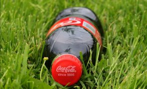 Jovem morre após beber litro e meio de Coca-Cola em 10 minutos