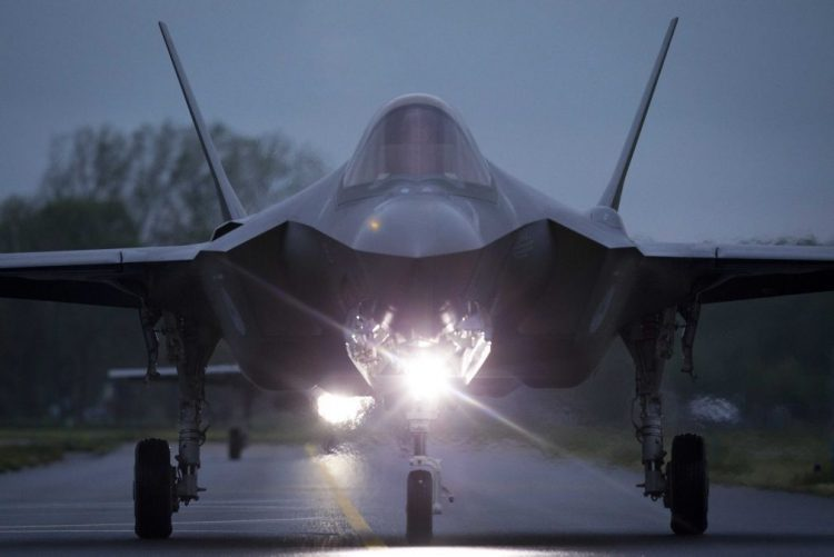 Chefe do Pentágono ordena revisão de programa de caças furtivos F-35