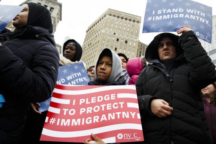 Associações de direitos humanos processam Trump por causa de decreto anti-refugiados