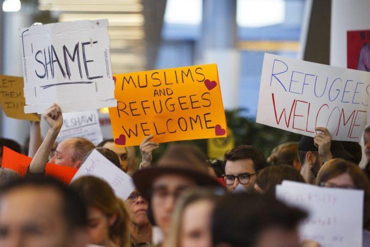 Milhares de pesssoas em protestos nos aeroportos dos EUA contra medida de imigração de Trump