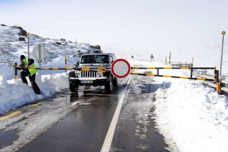 Mau tempo: Reabertas estradas na Serra da Estrela encerradas pela neve