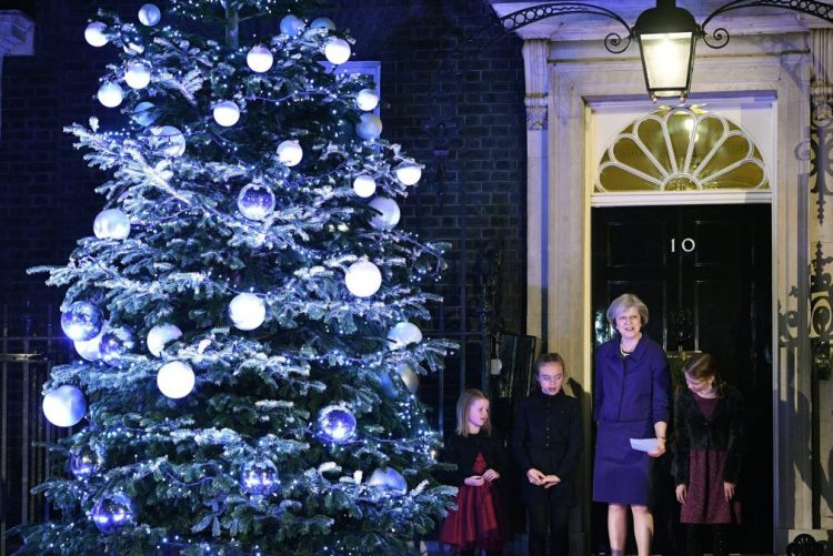 Irão chama embaixador britânico para protestar por declarações de Theresa May